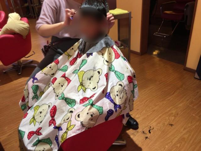 ジンルッカ(大洲)でカットをする子供