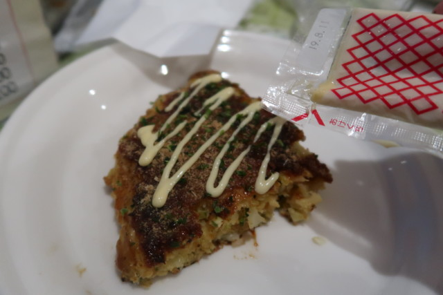 ポプラ(松山)の関西風お好み焼きを食べる様子