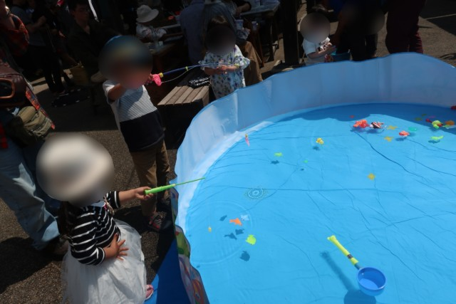 ポコペン横丁のプールで釣りをする子供