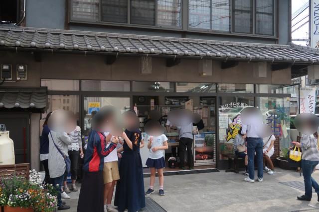 門田商店(かどみせ)の外観と混雑具合