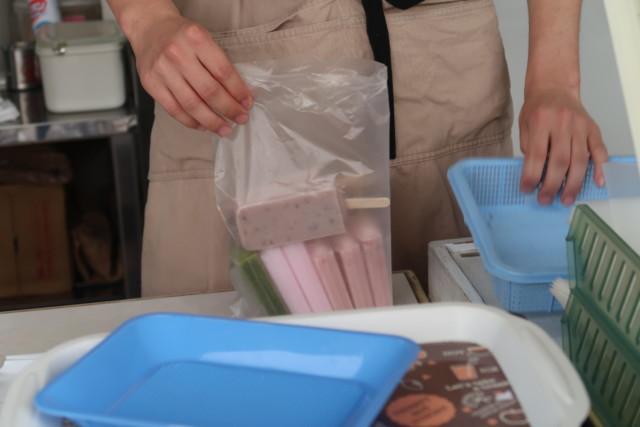 門田商店(かどみせ)のアイスをお持ち帰りする様子