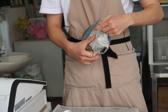 門田商店(かどみせ)ののアイスをお持ち帰りする様子