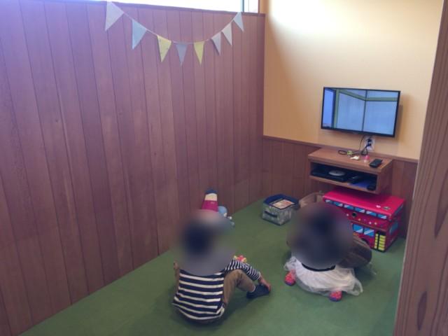 ジンルッカ(大洲)のキッズルームで遊ぶ子供