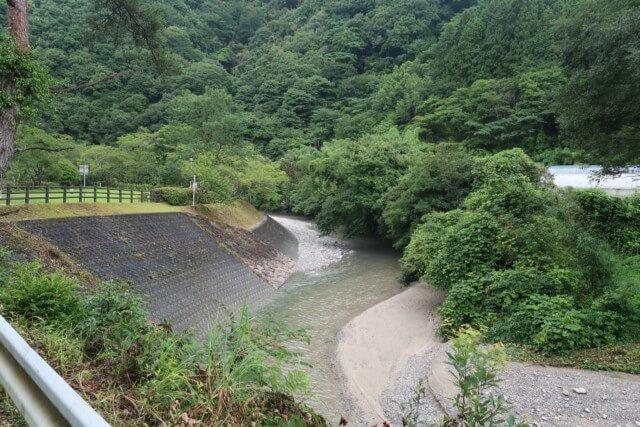 せせらぎ公園(松山市)の駐車場から見た川の様子