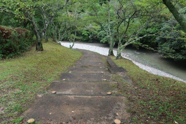 せせらぎ公園(松山市)の川まで行く道
