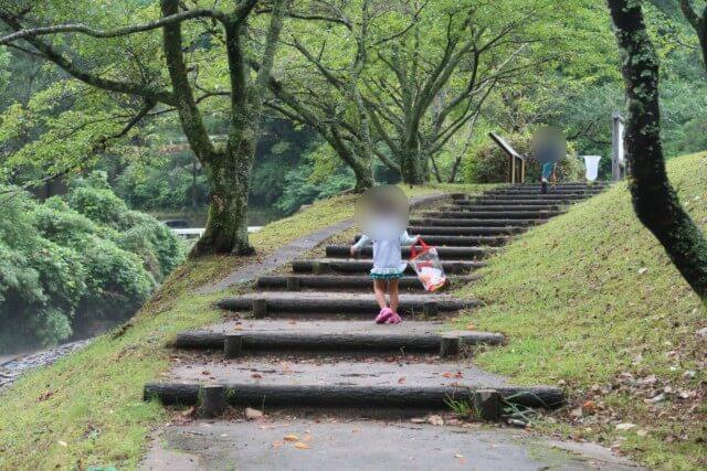 せせらぎ公園(松山市)で遊ぶ子供