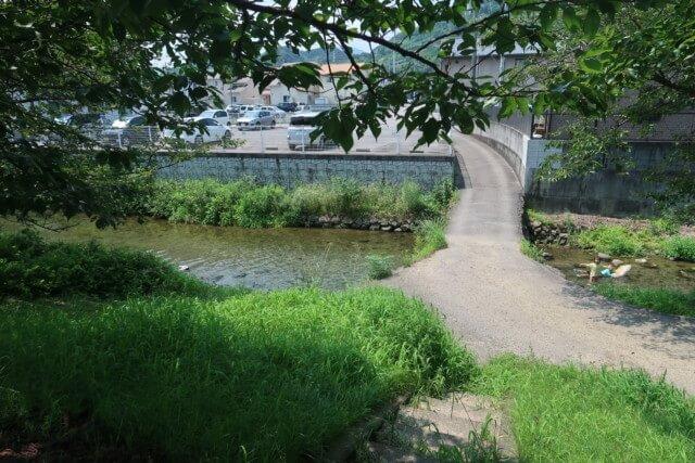 赤坂泉公園(砥部町)の川にかかる橋