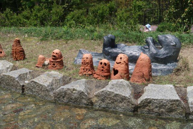 えひめこどもの城のじゃぶじゃぶ水路の埴輪