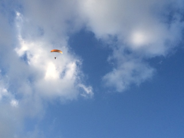 ふわり(風和里)の海岸でパラグライダー
