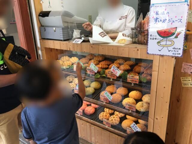 ヨコハマメロンパン松山店で注文する様子