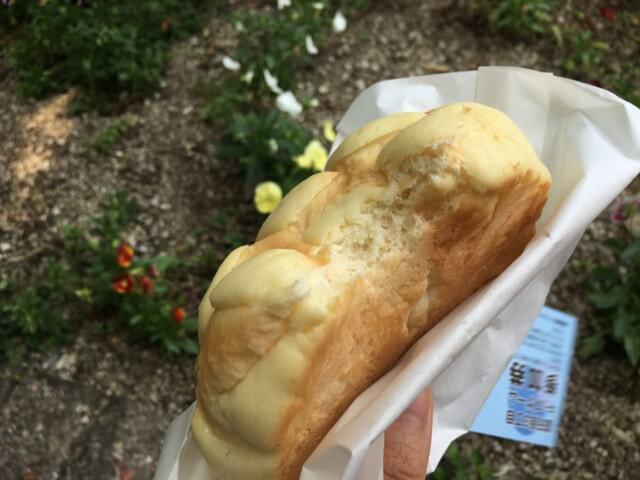 ヨコハマメロンパン松山店のメロンパンを食べる様子