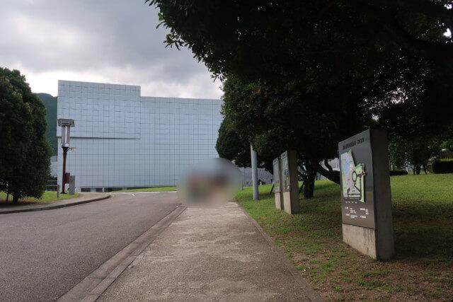 愛媛県総合科学博物館の駐車場から本館までの道