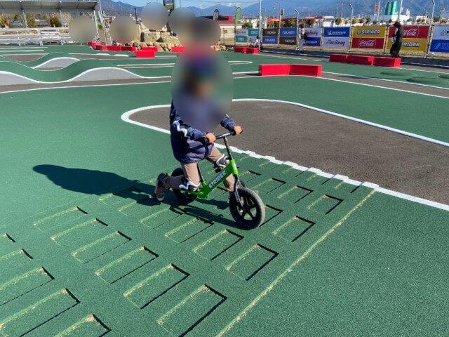 マテラの森,ストライダーバイクに乗る子供
